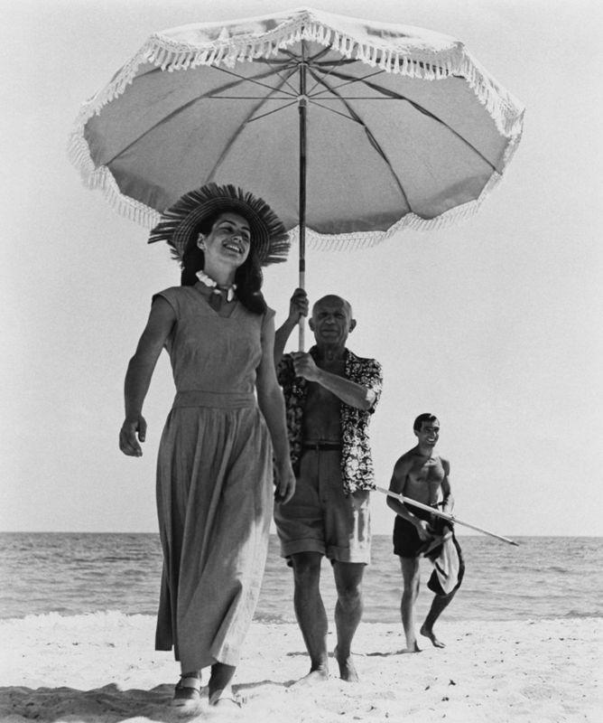Пабло Пикассо на пляже с девушкой