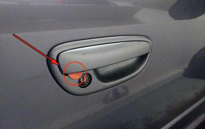 moneta_na_dveri_avto_1
