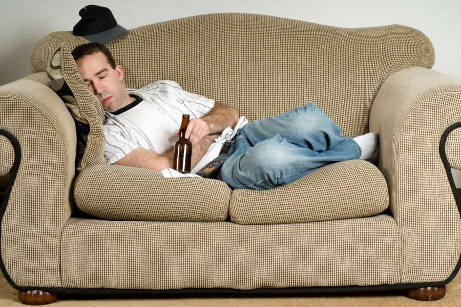 Картинка смешная мужик на диване