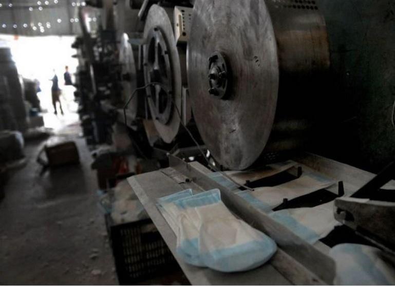 Как в Китае подделывают женские прокладки (7 фото)