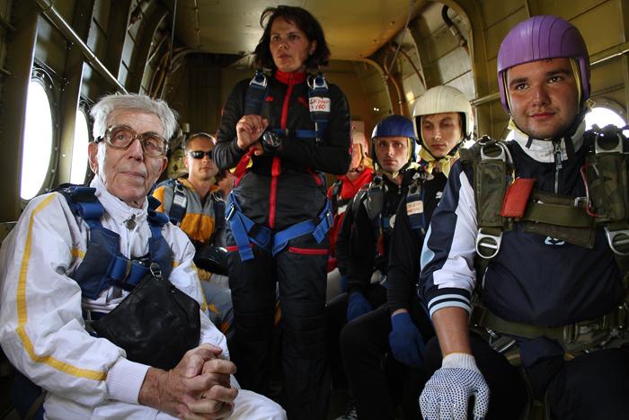 Прыжок с парашютом в 90 лет и без ноги (15 фото)