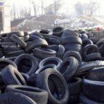 В Киеве разбирают баррикады и сносят памятники советским солдатам