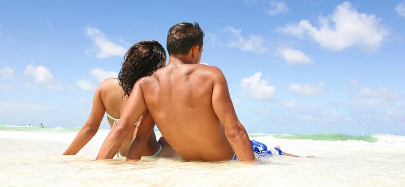 dvoe na plazhe1